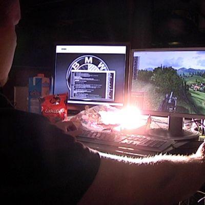 Mies pelaa tietokonepeliä