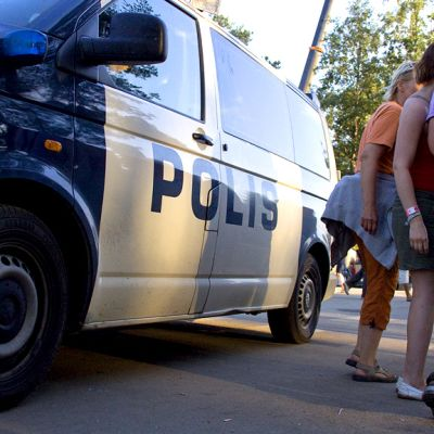 Nuoria ja poliisiauto.