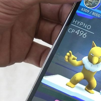 Pokémon Go -peli auki kännykän näytöllä.