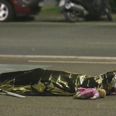 Foliolla peitetty ruumis tiellä Nizzassa.