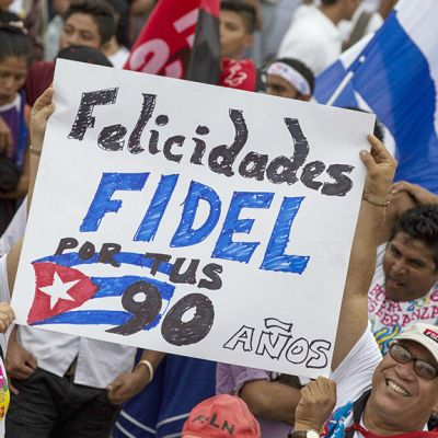 Kansa onnittelee Fidel Castroa tulevan syntymäpäivän johdosta.