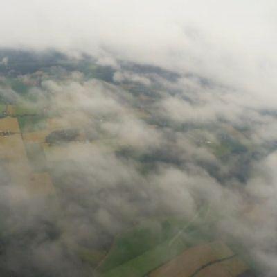 Pilviä ja maata purjelentokoneesta katsottuna