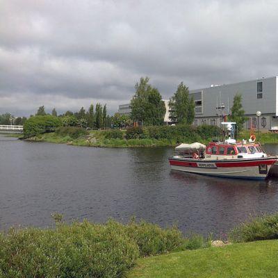 Oulun kaupunginteatteri sijaitsee Vänmanin saaressa, edessä Meripelastusseuran pelastusvene Toppila.