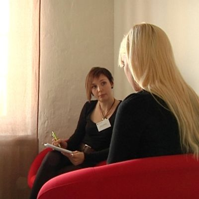 Kuvassa ravitsemisterapeutti Katja Mäkelä ja Essi istuvat keskustelemassa. .