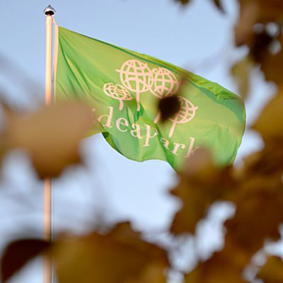 Lippu Oulun Ideaparkin pihalla