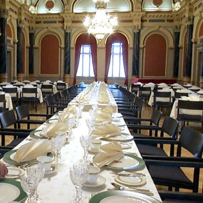 Oulun kaupungin juhlasalia katetaan kuninkaallisia varten