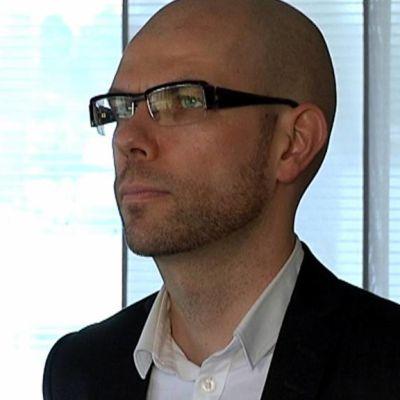 Jussi Tapani seisoo ikkunan edessä.