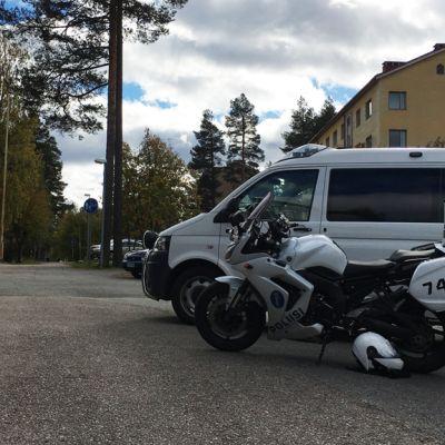 Poliisiautoja lähellä Otanmäen vastaanottokeskusta.