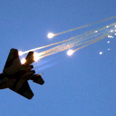 Israelin ilmavoimien F-15 hävittäjä on laukaissut koneen puolustusjärjestelmään kuuluvia hämäysraketteja.