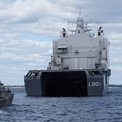 Suomalainen Jehu-vene siirtymässä tukialus Johan de Wittin sisään.