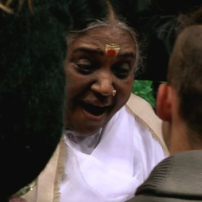 Intialainen hyväntekijä ja uskonnollinen johtaja Äiti Amma on jälleen suomalaisten halattavana.