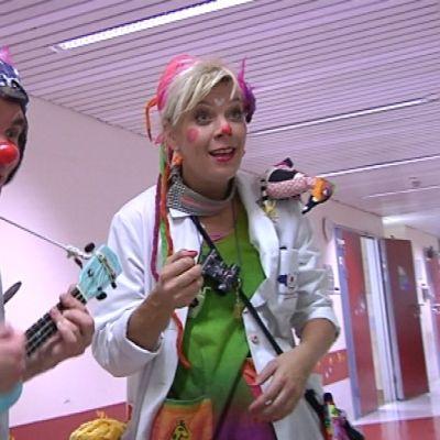 Sairaalaklovnit tohtori Matkimus ja tohtori Fideliina Tittityy kiertävät Lastenklinikalla.