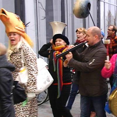 Lappeenrannan kaupunginteatterin väki muutti näyttävällä karnevaalikulkueella uuteen Ison-Kristiinan kauppakeskukseen.