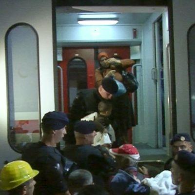 ihmisiä tungeksii junaan