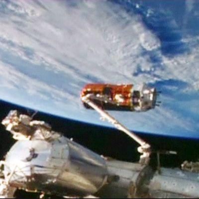Osa avaruusasema ISS:ssää ja sen takana kaareutuu maapallo