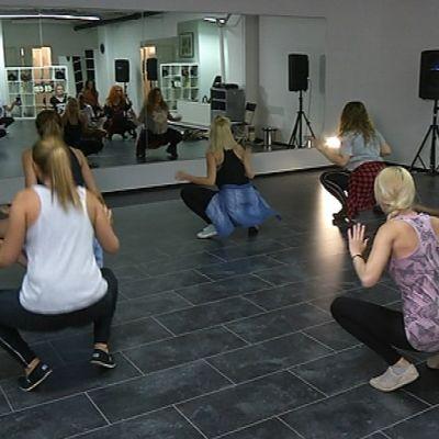 Twerkkausta tanssikoulussa Turussa.