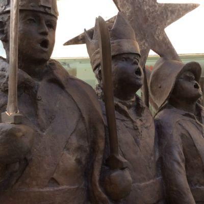 Rotuaarin Tiernapojat-patsas sai toukokuussa katkenneen miekkansa takaisin.