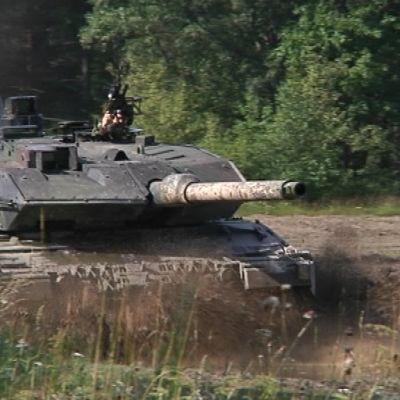 Panssarivaunu ajaa mutaesteen yli