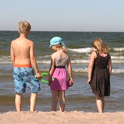 Lapsia meren rannalla Yyterissä.