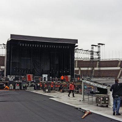 Rakennusvaiheessa oleva konserttilava stadionilla.