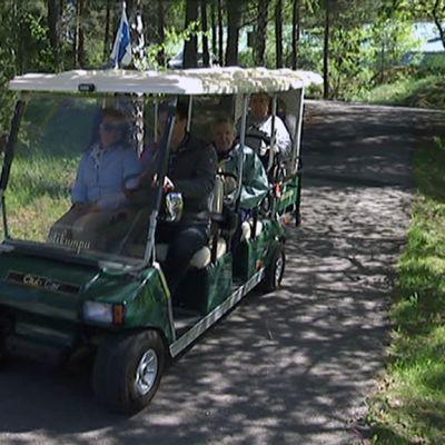 Vanhainkodin asukkaita kuljetetaan sähköbussilla.