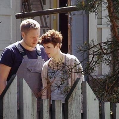 Samuli Edelmann ja Maria Ylipää Tappajan näköinen mies -elokuvan kuvauksissa.