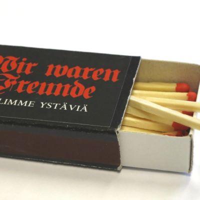 Olimme ystäviä -näyttely kuvaa Rovaniemen polttamiseen päättynyttä aikakautta. Näyttelyä mainostetaan tulitikuilla.