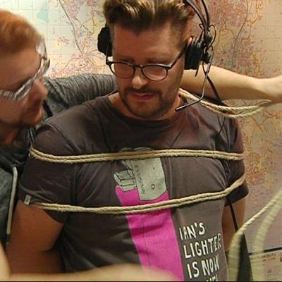Helsinki Shibari -festivaalin järjestäjä Nicklas Nyman sitoi Ylen aikaisen juontajan Paavo Häikiön suorassa radiolähetyksessä.