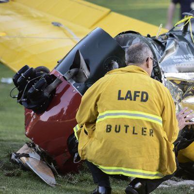Pelastushenkilöstö tutki Harrison Fordin kuljettamaa konetta. Ford teki pakkolaskun Santa Monican läheisyydessä sijaitsevalle golfkentälle Californiassa 5. maaliskuuta 2015.