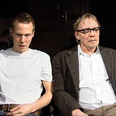 Kaksi miestä istumassa.