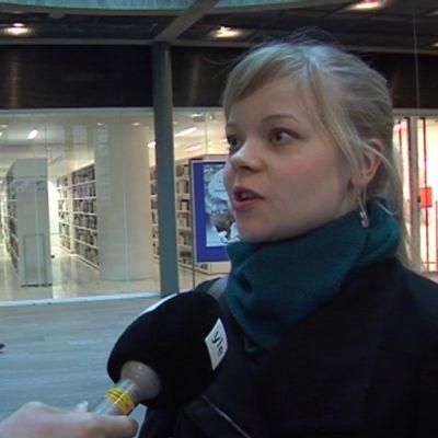 Opiskelija uutisluokan haastattelussa.