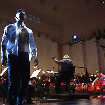 Sami Saikkonen orkesterin kanssa lavalla