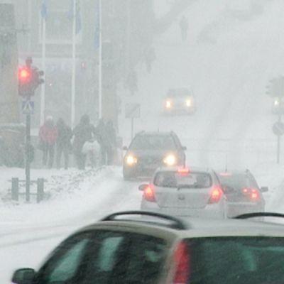 Pääosa lumisateista on väistynyt jo Suomen eteläpuolelle ja sää selkenee ja kylmenee arvioi Ilmatieteen laitoksen päivystävä meteorologi Jari Tuovinen. Lumisade hankaloitti liikennettä myös Turussa eilen 2. maaliskuuta 2013.