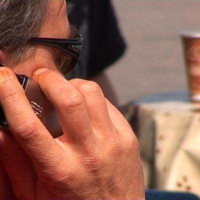 Mies puhuu puhelimeen.