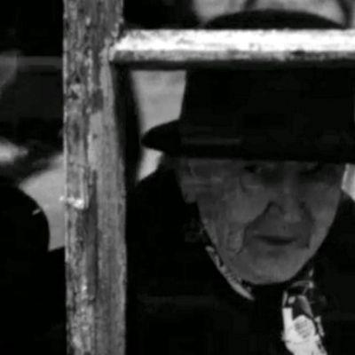 Augusta Hoffren tutkimassa Lappeenrannan näyteikkunaa vuonna 1970