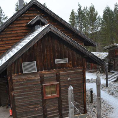 Kuhmossa sijaitsevan Kalevalakylän rakennuksia.