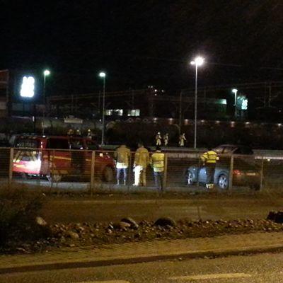 Pelastuslaitoksen autoja onnettomuuspaikalla.