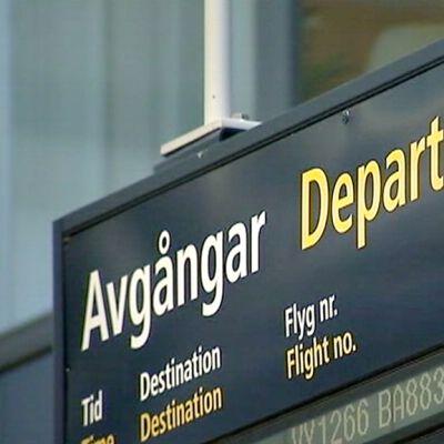 Lähtevien lentojen infotaulu.