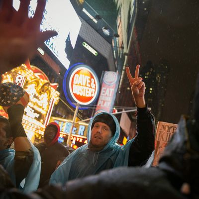 Mielenosoittajia New Yorkin Times Squarella.