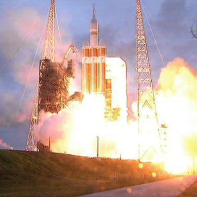 Orion-kapseli irtoamassa laukaisualustastaan Floridassa.