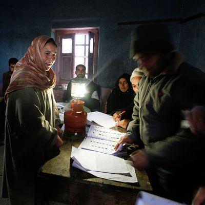 Intialainen nainen äänestää Kashmirin paikallisvaaleissa Handwarassa.