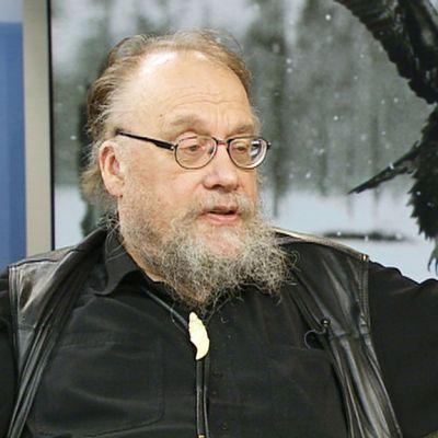 Suomalaisen luontokuvauksen pioneeri Hannu Hautala jakeli studiossa vinkkejä aloitteleville kuvaajille.