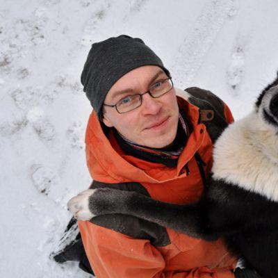 Aki Käräjäoja toimii Kuhmossa husky-yrittäjänä.
