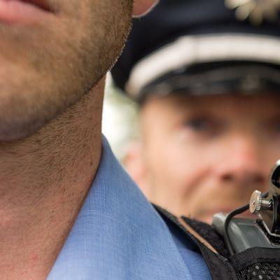 Pieni kamera poliisin olkapäällä.