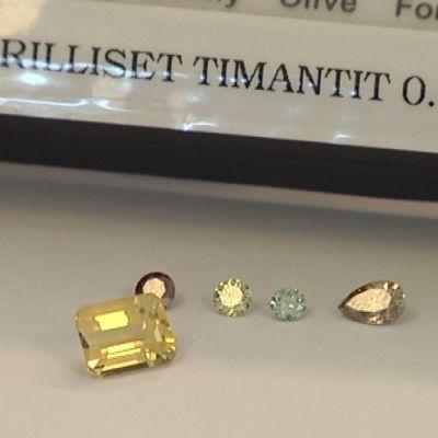 Värillisiä timantteja.