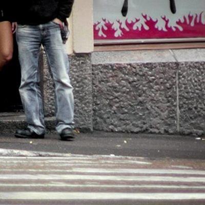 Nainen ja mies kadulla.