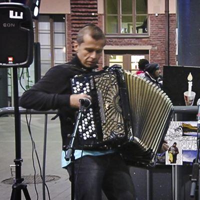 Haitaristit Kimmo Pohjonen ja Ilia Sile musisoivat 26. marraskuuta Helsingin rautatieasemalla.