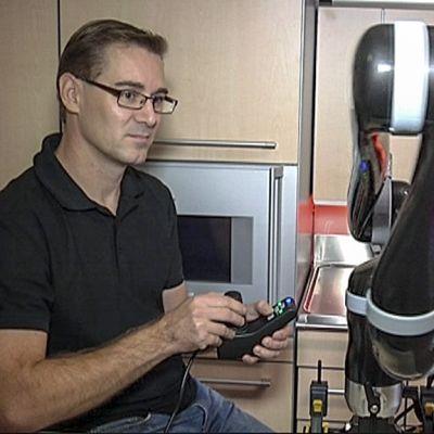 mies käyttää robottitarttujaa
