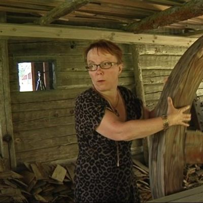 Kyläaktiivi Ulla Kervinen esitteli Viuruniemen museotoimintaa vuonna 2010.