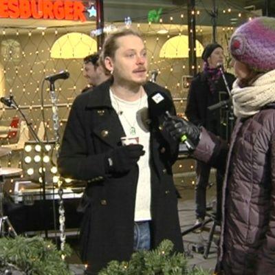 Sari Huovinen haastattelee Jonne Aaronia.